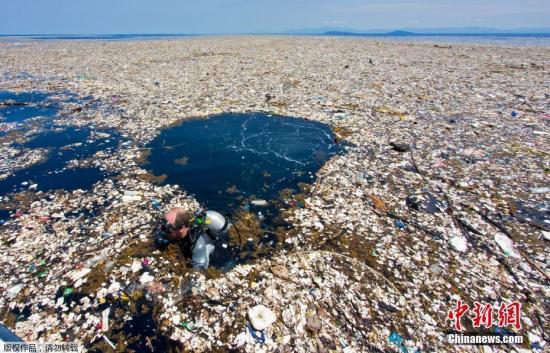 """质料图:摄影师Caroline Power在间隔洪都拉斯罗阿坦岛唯一15英里远的海疆拍摄到使人惊讶的""""塑料渣滓海"""",被污染的地区有近5英里,使人触目惊心。"""