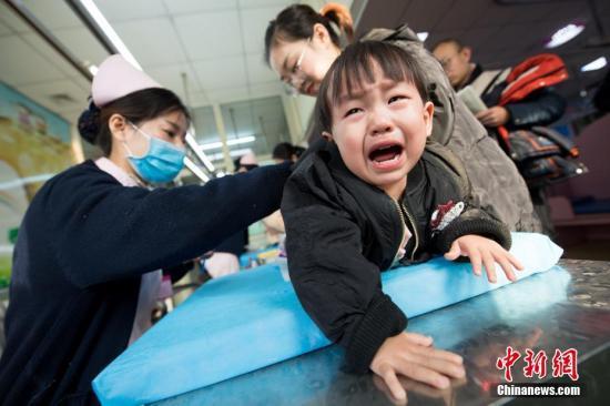 资料图:太原市妇幼保健院,众多家长带着孩子前来挂号看病。 武俊杰 摄