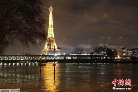 材料图:低落的水位导致塞纳河水上交通也中缀,包括巴黎最著名的河上参观船等水上运输工具都暂停办事,令不少旅客败兴而返。图为低落的塞纳河水位以及埃菲尔铁塔。