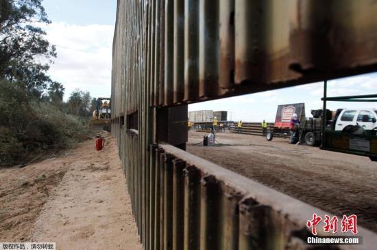 材料图:美国加州卡莱克西科邻近的一段边疆 隔离墙。