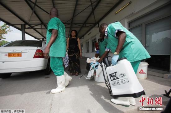质料图片:刚果专制共和国金沙萨的卫生防疫职员在喷洒药水以按捺埃博拉病毒。
