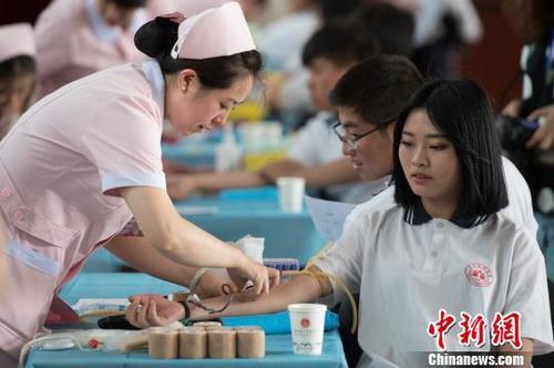 质料图:高中生献血。 韦亮 摄