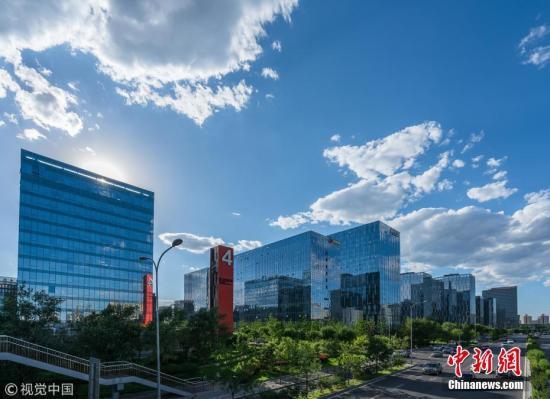 资料图:2018年6月27日,北京再现高颜值天气,在丰台科技园商圈附近,蓝天白云景色迷人。 图片来源:视觉中国