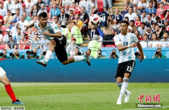 第64分钟,法国队卢卡斯-埃尔南德斯低平球传中,姆巴佩禁区内拿球,扣过戍守球员,低射破门,法国3:2阿根廷反超比分。 第69分钟,法国上演经典回击,马图伊迪接后卫传球分给吉鲁,吉鲁直传,姆巴佩闯入禁区低射破门。15分钟内,法国队连入三球,法国4:2抢先阿根廷。 此后,法国队攻势不减,但并无扩展比分。阿根廷队倔强戍守,同时多次回击也发明了机会。伤停补时阶段,梅西前场中路送出传中球,阿奎罗头球破门,法国4:3阿根廷!