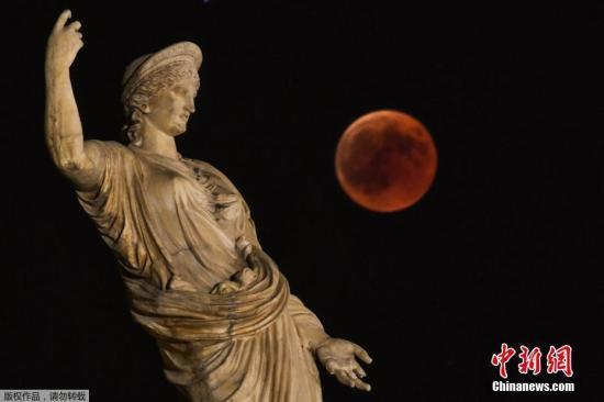"""资料图:2018年7月,希腊女神Hera雕像旁的""""血月""""月食。"""