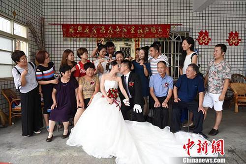8月3日,台湾男孩陈文成与妻子河南濮阳姑娘刘红芳在家乡彰化举行婚礼,席开30桌宴请乡亲。这一计划多年的仪式,终于如愿达成。中新社发 陈文成夫妇提供 摄