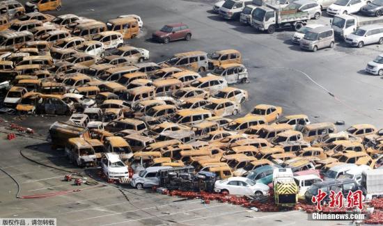 """质料图:日本兵库县,航拍台风""""飞燕""""过后受损的汽车。"""