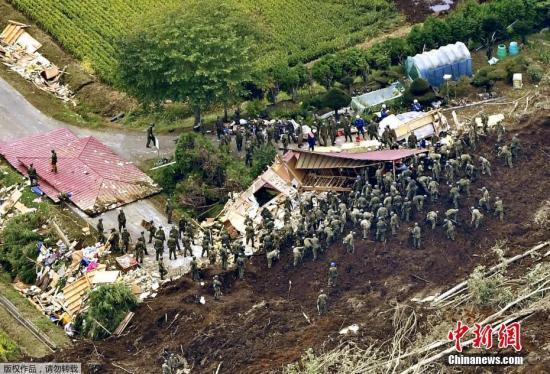 目前,北海道强震产生 后已进入第3日,迫临黄金救济 72小时限期。图为日本自卫队、差人和消防队等单位全力搜救中。