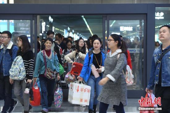 国庆假期,多量游客踏上返程路。陈超 摄