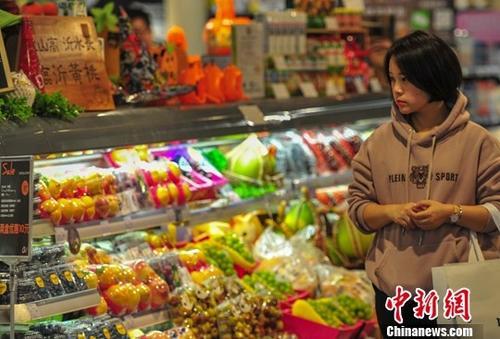 资料图:消费者在超市选购商品。<a target='_blank' href='https://www.chinanews.com/'>中新社</a>记者 于海洋 摄