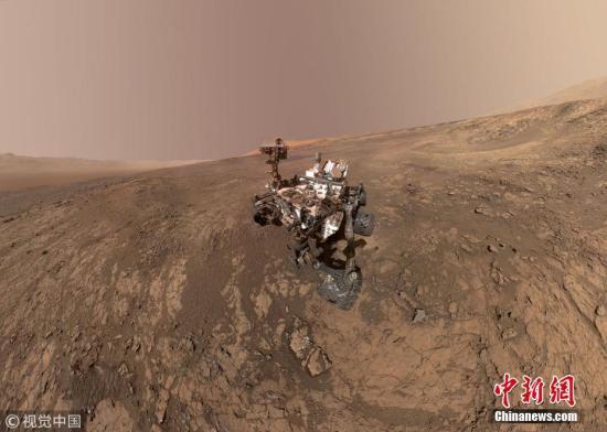 """1月23日,美国航天局""""好奇""""号火星探测器在火星维拉鲁宾岭的""""自摄影""""。图片滥觞:视觉中国"""