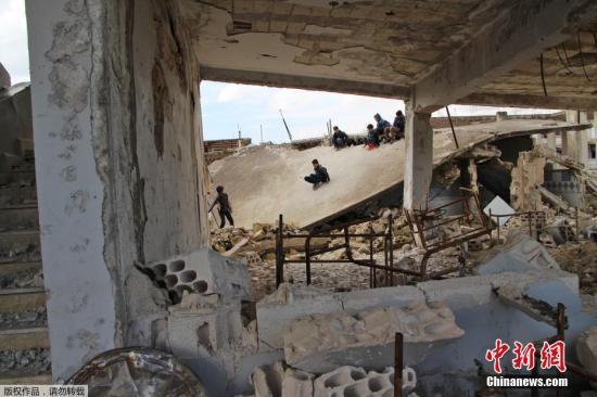 资料图:叙利亚伊德利卜Jisr al-Shughur,当地一学校遭炮击,学生在受损的教室和操场学习和玩乐。