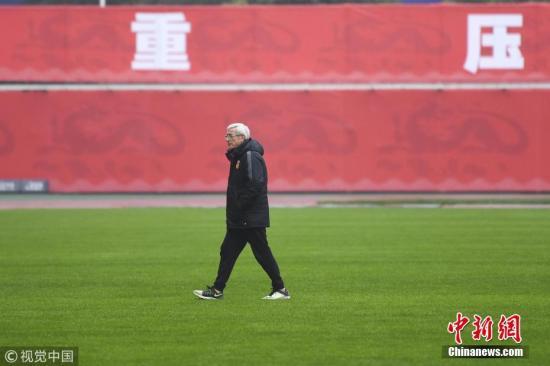 质料图:担负中国男足主帅,肩上的压力绝非凡人所能承受。 图片起源:视觉中国