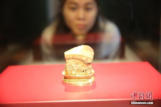 资料图:2019年3月18日,台北故宫博物院珍宝展在悉尼新州美术馆举行。图为观众欣赏肉形石。中新社记者 陶社兰 摄