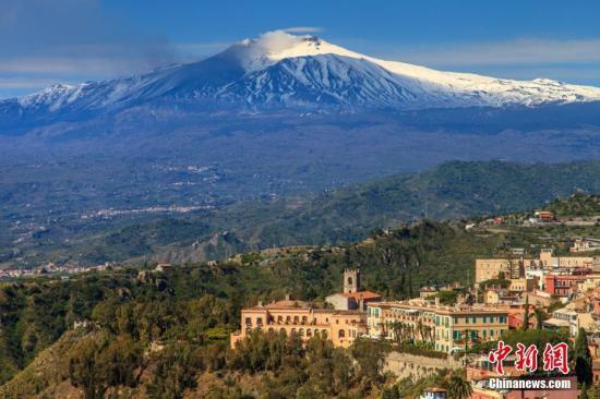 """西西里岛位于意大利南部,地中海中部,外形类似一个三角形,东北端隔3千米宽的墨西拿海峡与亚平宁半岛相望。西西里岛广宽而富饶,气象温暖风景秀丽,盛产柑桔、柠檬和油橄榄。由于其发展农林业的良好自然环境,历史上被称为""""金盆地""""。图为意大利西西里岛美景。(资料图片)图片起源:东方IC 版权作品 请勿转载"""
