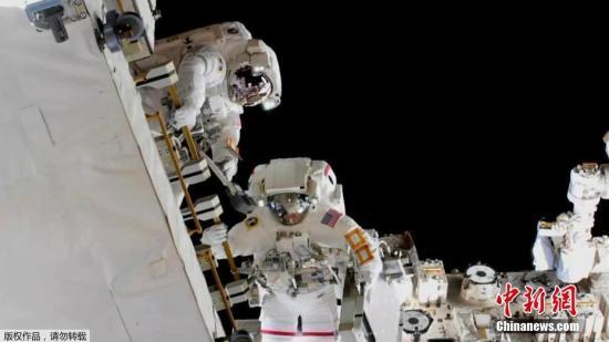 资料图片:宇航员进行太空行走,为国际空间站更换电池。