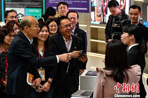 资料图:3月24日,高雄市市长韩国瑜到访深圳。图为韩国瑜与在深圳前海深港青年梦工厂工作的台湾年轻人交流。中新社记者 陈骥 摄