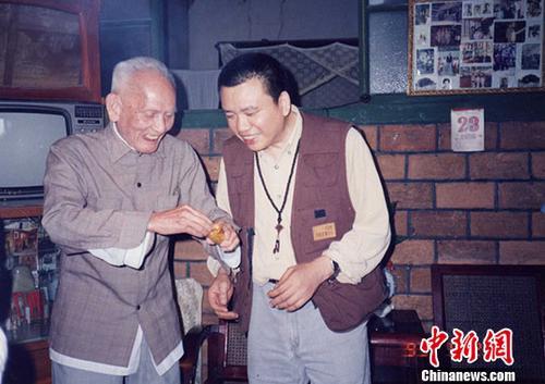 1993年,廖德良(右)到福州看望已从台湾返回福州定居的陈可骆。(受访者供图)