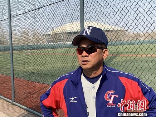 近日,第三届海峡两岸学生棒球联赛北京站比赛开打。作为卫冕冠军,北方工业大学棒球队志在冲击三连冠。从台湾来到北京担任总教练已六年的江仲豪表示,因为有新队员的加入,球队新赛季配合还需一段磨合期。中新社记者 杨程晨 摄