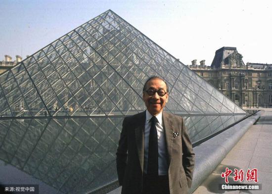 图为1989年3月3日,法国巴黎,建筑巨匠贝聿铭在他设计建筑的卢浮宫金字塔前留影。(材料图)图片起源:视觉中国