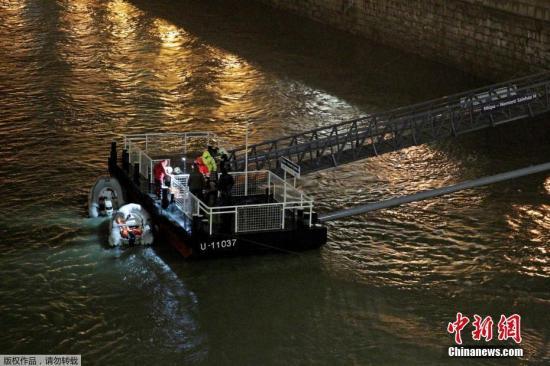 当地时间5月29日晚,匈牙利布达佩斯市中心多瑙河发生两艘游船相撞事故,据匈方报导,初步确认34人落水。目前,打捞救济 工作仍在严重举行当中 。