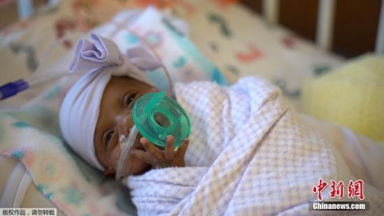 草丛中发现一初生女婴 美逾千家庭欲排队领养