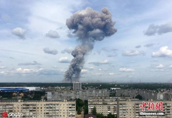 当地时间2019年6月1日,俄罗斯捷尔任斯克市,一家消费TNT的工场车间产生 爆炸,爆炸形成邻近住民楼多间住所的窗户玻璃破损。图为现场浓烟滚滚。图片起源:ICphoto