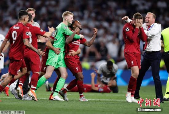 利物浦2:0击败托特纳姆热刺捧起欧冠奖杯。