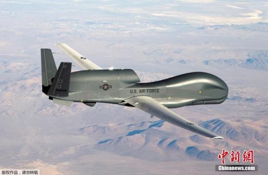 """据报道,伊朗伊斯兰革命卫队表示,被击落的美军RQ-4""""全球鹰""""无人机,于当天从波斯湾南部的基地起飞,向伊朗方向飞行执行""""侵略性""""侦察任务。回程途中,无人机进入霍尔木兹海峡附近的伊朗领空,伊朗防空系统于当地时间20日凌晨4时5分将无人机击落。资料图为美军RQ-4""""全球鹰""""无人机。"""