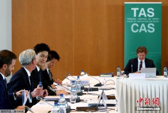 北京时间11月15日16:05,备受世界体坛关注的孙杨听证会在瑞士蒙特勒宫酒店会议中心举行。作为整场风波的主角,中国游泳运动员孙杨以及他的团队已经进入庭审现场。从神情来看,孙杨面带微笑,状态颇为放松。本场听证会将持续至北京时间16日凌晨3:30分。