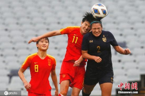 资料图:中国女足6:1大胜泰国的奥预赛比赛中,前锋王珊珊与对手头球争顶。