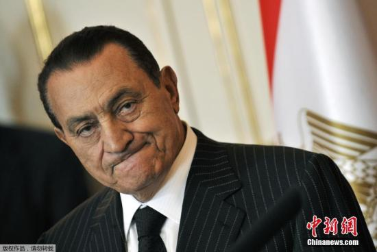 """在外交上,穆巴拉克推動埃及重返阿拉伯聯盟并成為阿拉伯世界的領導者,在此期間與伊拉克總統薩達姆建立起了良好關系。他在延續親美政策的同時,成為巴以和談、化解巴勒斯坦內部矛盾的""""中間人""""。"""