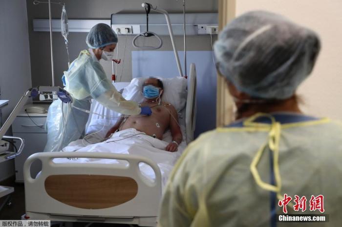 当地时间4月8日,法国因新冠肺炎疫情封城第23天,巴黎附近的巴尼奥莱市一家医院内,新冠肺炎患者正在接受心电图检查。