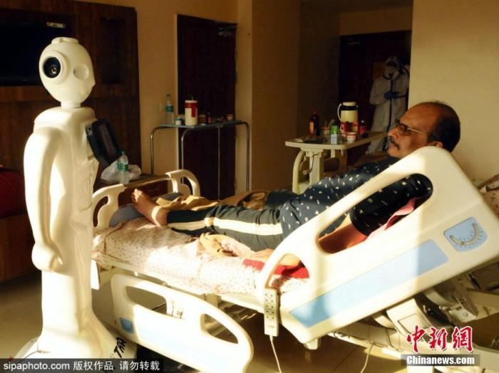 资料图:印度诺伊达,印度北方邦的Yathartha医院用机器人帮助患者与外界联系。图片来源:Sipaphoto 版权作品 请勿转载