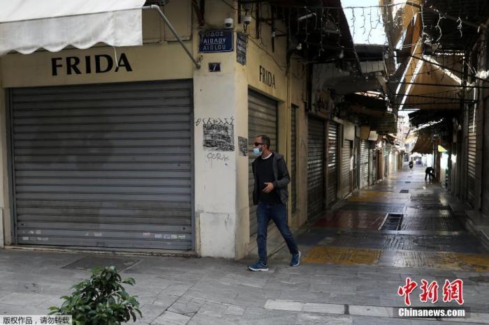 当地时间11月7日,希腊雅典,行人经过关闭的商业街。为遏制新冠疫情,自当地时间7日早晨6时起,希腊全国进入为期三周的封锁状态。包括零售店、餐厅、咖啡馆等企业,将在封锁期间暂停营业。