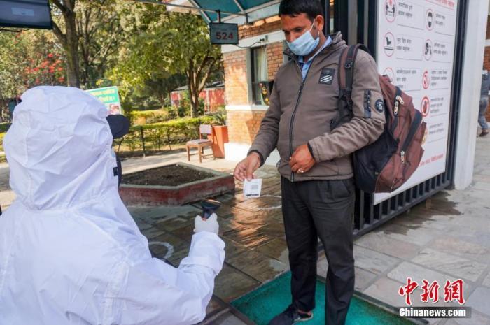 当地时间12月10日,当地民众准备进入重新开放后的尼泊尔加德满都动物园。受新冠肺炎疫情影响,该园从今年3月底开始关闭,至今已经约9个月。重新开放后,参观人群须遵守各项卫生规定。 a target='_blank' href='https://www.chinanews.com/'/p中新社/a发 普拉丹 摄