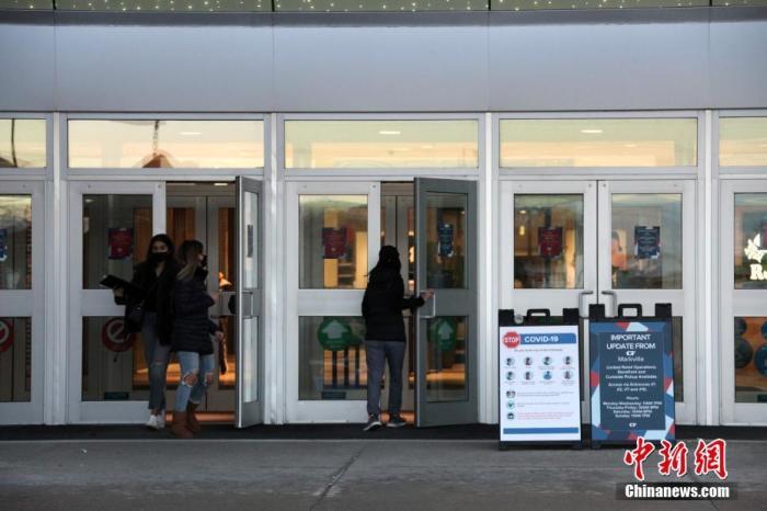 """当地时间12月14日,加拿大大多伦多地区万锦市(Markham)一座购物中心门外放置防疫信息提示牌,仅允许预约取货者出入。自该日起,包括万锦市等华人聚居区所在的约克区被划入安大略省防疫级别最高的""""灰色地区"""",实施至少为期四周的封禁。因应目前仍然严峻的疫情,加拿大多地正继续强化防疫限制措施。 a target='_blank' href='https://www.chinanews.com/'/p中新社/a记者 余瑞冬 摄"""