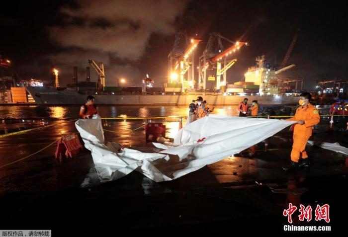 当地时间1月10日,印尼雅加达Tanjung Priok港口,救援人员进行搜索准备。当地时间1月9日14时36分,印尼三佛齐航空公司一架波音737-500客机从雅加达苏加诺·哈达国际机场起飞前往西加里曼丹省首府坤甸,14时40分左右与地面失去联系。印尼交通部长布迪称,失联客机已被发现坠毁在雅加达省千岛群岛海域。