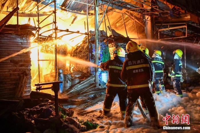 资料图:消防员抵近火场用水枪扑灭大火。 刘忠俊 摄