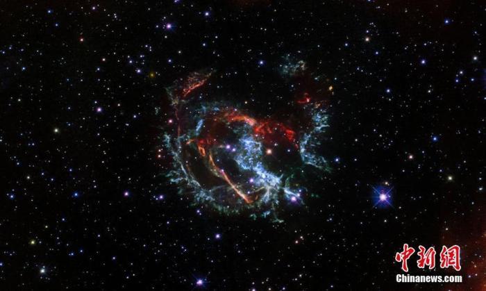 字体:当地时间2021年1月15日,欧洲航天局发布了一张用哈勃空间望远镜拍摄的一个超新星遗迹——1E 0102.2-7219的照片。图片来源:视觉中国