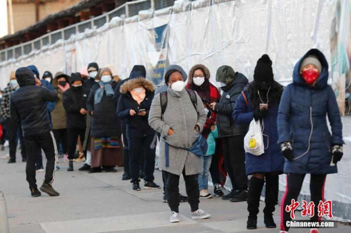 当地时间1月24日,美国纽约一处新冠检测点,市民排队检测。当日,美国约翰斯·霍普金斯大学发布的新冠疫情统计数据显示,美国累计确诊病例超过2500万例。 a target='_blank' href='https://www.chinanews.com/'/p中新社/a记者 廖攀 摄
