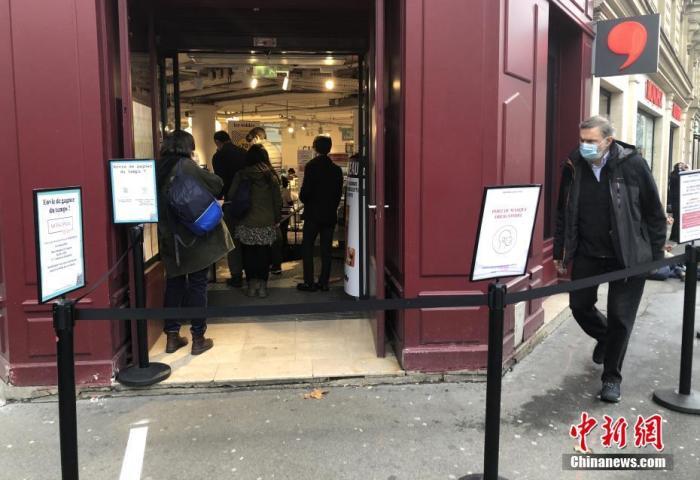 当地时间2月1日,在法国巴黎市中心一家严格遵守防疫规定的超市,顾客在排队入场购物。为防控疫情,法国购物场所自2月1日起实行加强限制人流、强化购物安全距离等防疫措施。 a target='_blank' href='https://www.chinanews.com/'/p中新社/a记者 李洋 摄