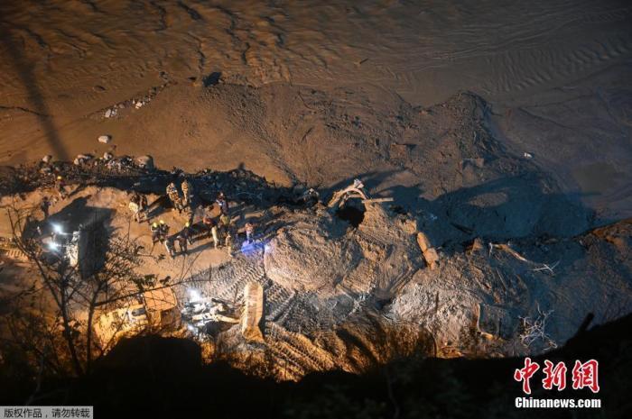 资料图:当地时间2月8日,印度军队和救援队站在查莫利区塔波万的一条隧道入口处,隧道被淤泥和碎片堵住。据报道,当地冰川断裂造成的死亡人数已升至26人。7日上午,印度北部北阿肯德邦一处水力发电大坝附近发生冰川断裂,断裂的冰川坠入陶利根加河后导致河流决堤并引发洪水。