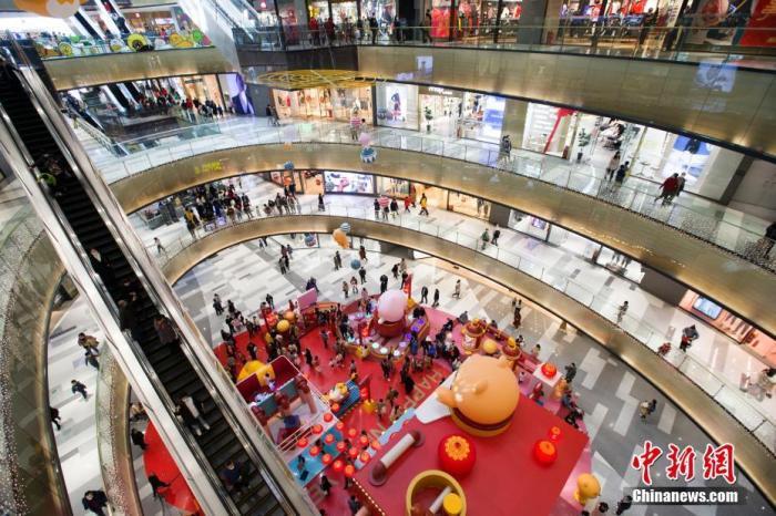 资料图:消费者在商场消费购物。a target='_blank' href='https://www.chinanews.com/'/p中新社/a记者 张云 摄