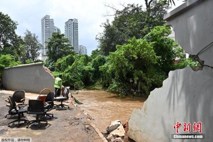 当地时间2月21日,印度尼西亚首都雅加达,洪水退去后,一名男子查看被洪水冲破的围墙。