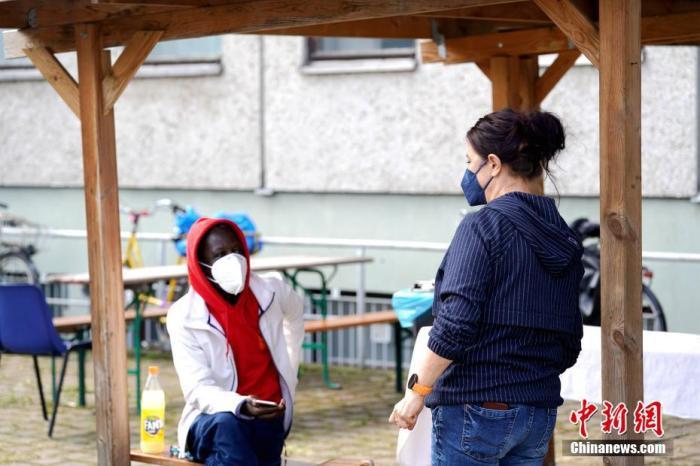 资料图:当地时间3月26日,设在德国柏林一处无家可归者临时收容点内的新冠疫苗接种点正式启用,标志着当地开始为无家可归者接种疫苗。 a target='_blank' href='https://www.chinanews.com/'/p中新社/a记者 彭大伟 摄