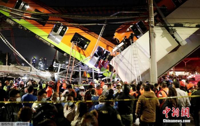 当地时间5月3日,墨西哥首都墨西哥城一段高架铁路突然坍塌,导致一列地铁列车脱轨。事故已造成13人死亡,70人受伤。图为事故现场。