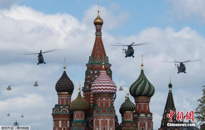 资料图:俄罗斯纪念卫国战争胜利阅兵式进行空中彩排,俄空军直升机飞过克里姆林宫上空。