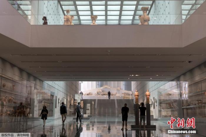 当地时间2021年5月14日,希腊雅典,雅典卫城博物馆重新向公众开放。图为游客在博物馆内游览。