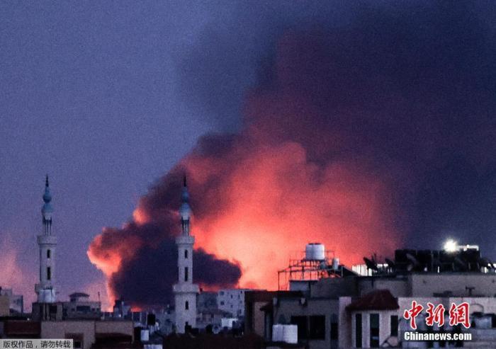 资料图:5月20日,哈马斯与以色列终于达成停火协议,并已于21日2时正式生效。在停火生效前,双方仍在互相攻击。图为20日晚,以色列发动空袭后,加沙城浓烟滚滚。